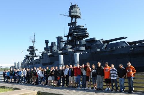 메모:샌자신토 앞바다에 정박되있는 텍사스 군함 앞에서........