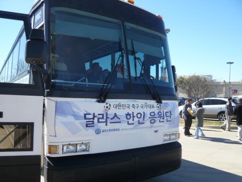 메모:한진투어 버스로 출발전 자랑스럽게 응원단이라는 사인까지........